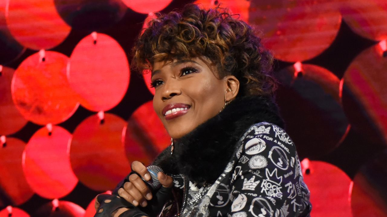 """Macy Gray's call for a new American flag receives mixed reactions: 'Now the flag is too white?!"""""""
